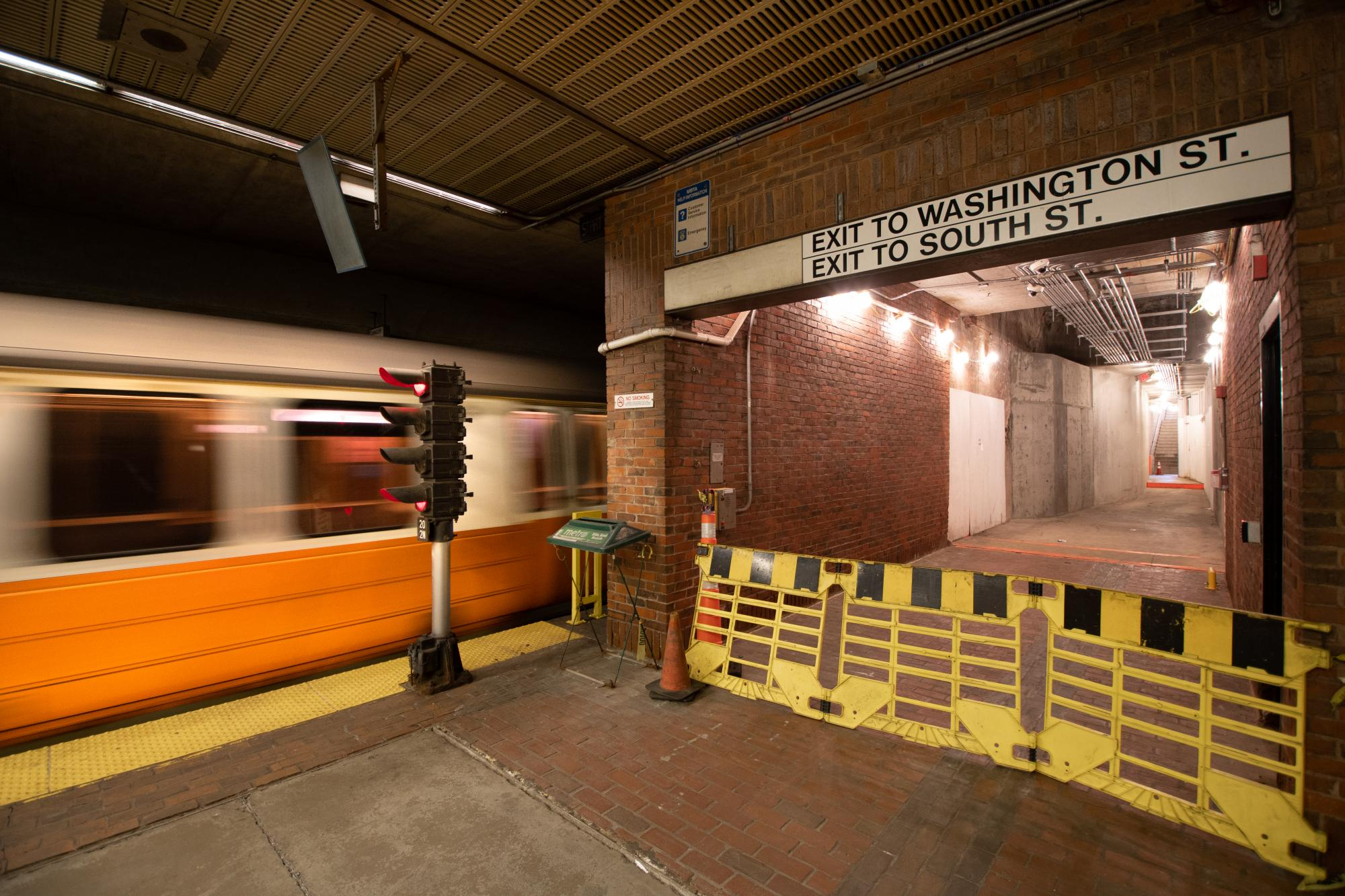 Subway platform of Forest Hills Station (June 21, 2018)