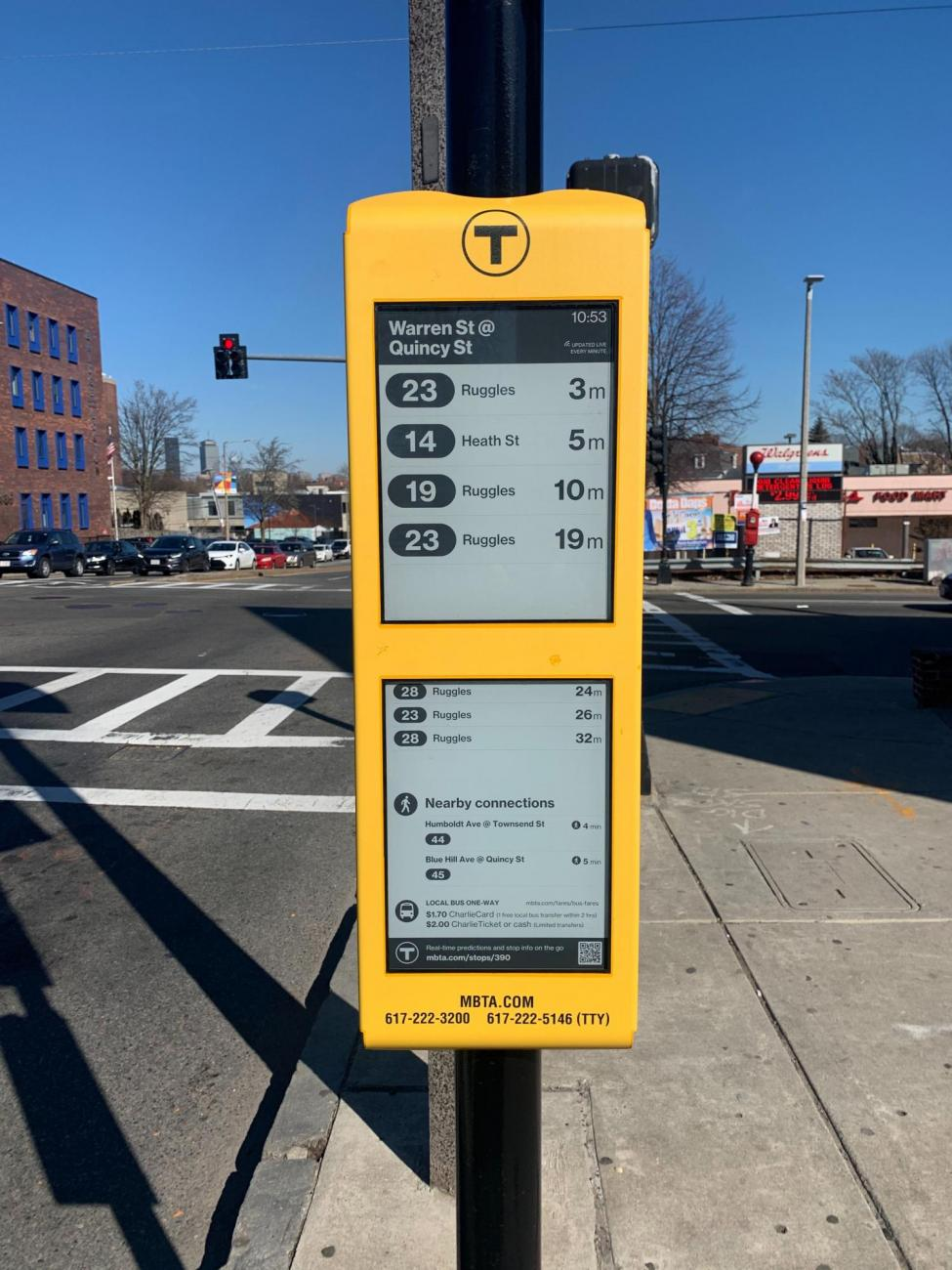 A close up of an E Ink sign at the Warren St @ Quincy St stop in Roxbury (February 2020)